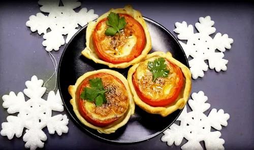 Фаршированные помидоры в тесте с ветчиной и сыром