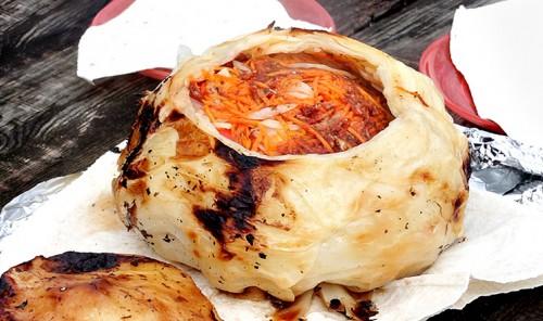 Цыпленок с овощами, запеченный в капусте на углях