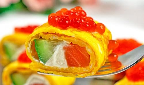Закусочные рулетики с огурцом и красной рыбой