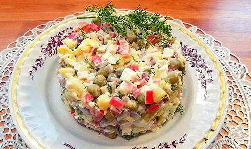 Крабовый салат с яйцами и зеленым горошком