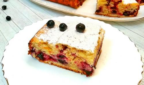 Пирог с черной смородиной на ряженке