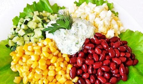 Салат с яйцами, кукурузой, огурцом и фасолью