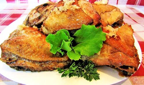 Куриные бёдра с чесноком на сковороде