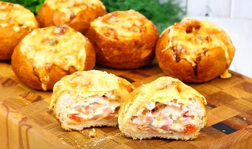 Горячие бутерброды из булочек с колбасой и сыром в духовке