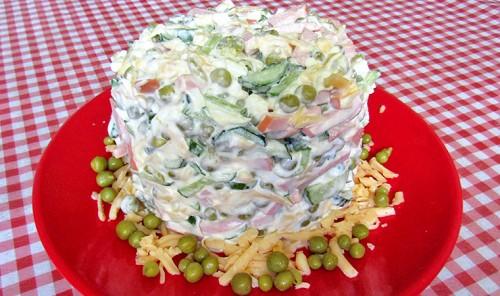 Салат с колбасой, яйцами и сыром