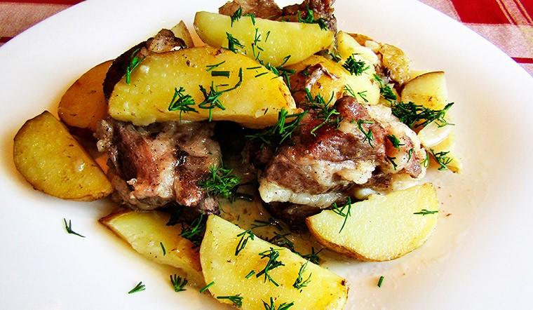 Картофель со свиными рёбрышками в духовке в рукаве
