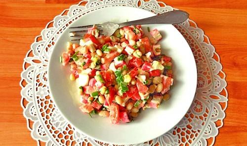 Салат с фасолью, помидорами и крабовыми палочками