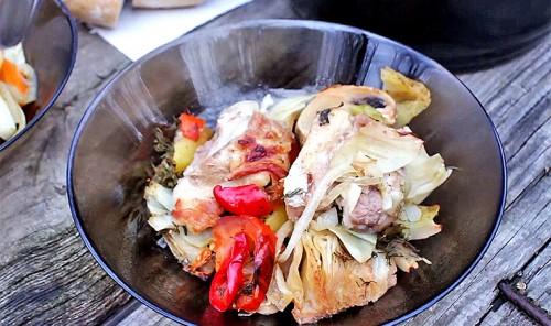 Свиные рёбрышки с овощами, запеченные в горшочке на углях
