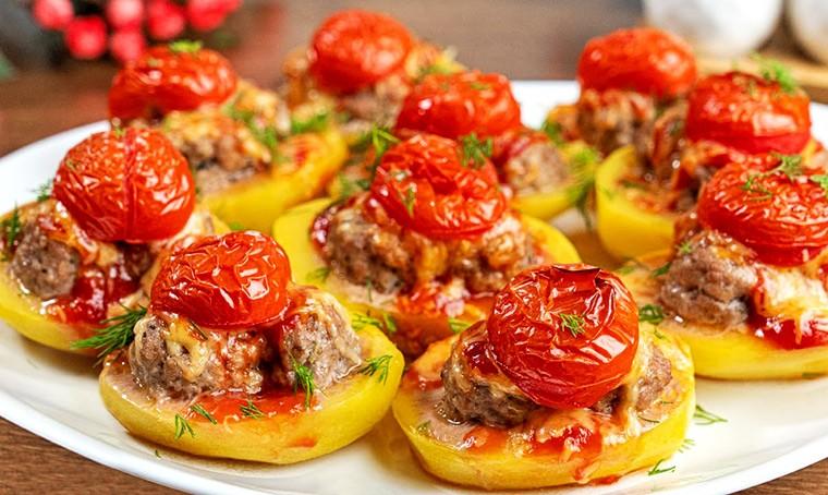 Картошка с фрикадельками, сыром и помидорами в духовке