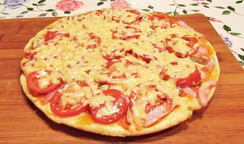 Быстрая пицца на сковороде с грибами и ветчиной