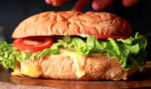 Гигантский чизбургер в батоне