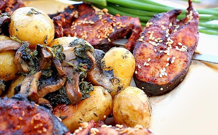Пеленгас на углях с гарниром из молодой картошки с грибами