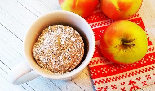 Яблочный кекс в кружке в микроволновке
