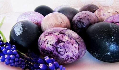 Пасхальные яйца, окрашенные чаем каркаде