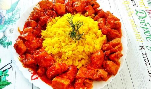 Свинина, тушеная в томатном соусе с гарниром из риса