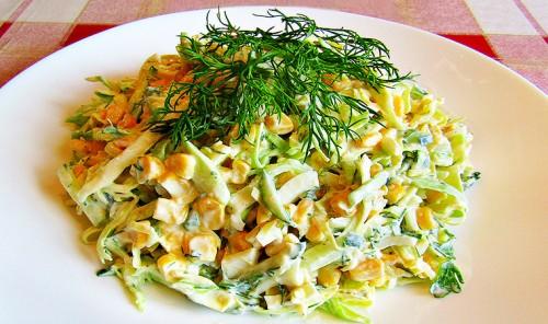 Салат из молодой капусты с яйцами и кукурузой