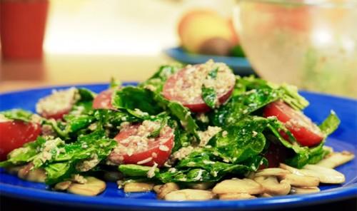 Салат со шпинатом и кунжутной заправкой