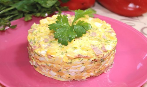 Быстрый салат с колбасой, кукурузой и сыром