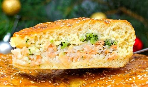 Пирог с красной рыбой, рисом и брокколи