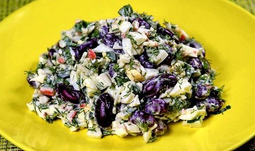 Салат с крабовыми палочками, яйцами и фасолью