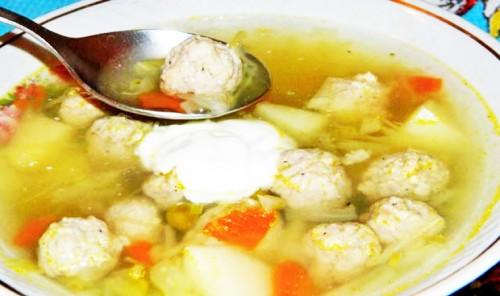 Суп с фрикадельками, капустой и зеленым горошком