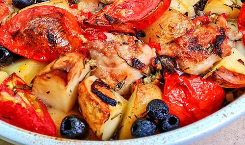 Запеченная курица в соусе пири-пири с томатами и картофелем