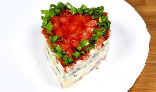 Слоёный салат с ветчиной, яйцами и помидорами