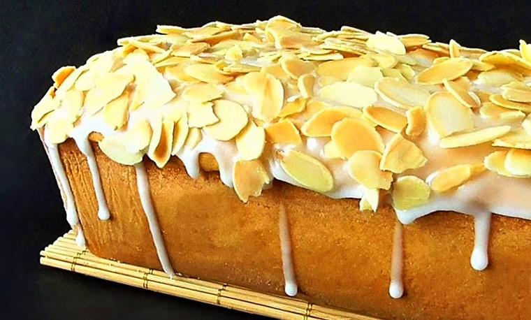 Сметанный кекс в глазури с миндалем