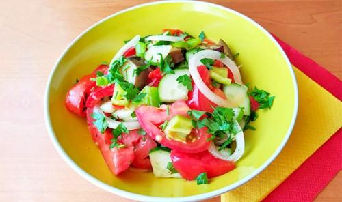 Салат из овощей с пикантной заправкой «Шехерезада»