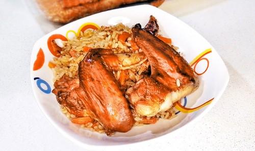 Рис с овощами и куриными крыльями в духовке