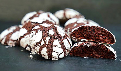 Мраморное шоколадное печенье с трещинками