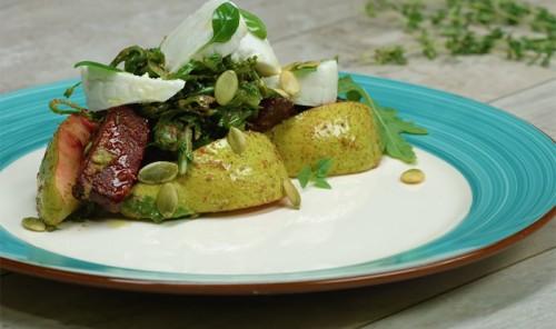 Салат с запеченной свеклой, грушей и козьим сыром