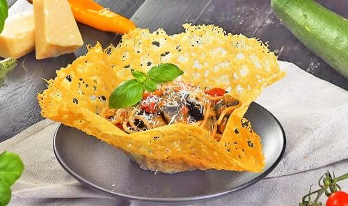 Паста с овощами в сырной корзинке