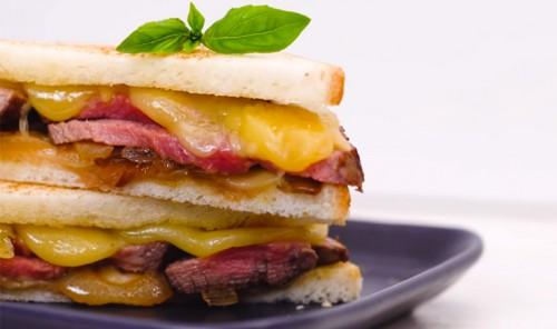 Сытный сэндвич с сыром и мясом