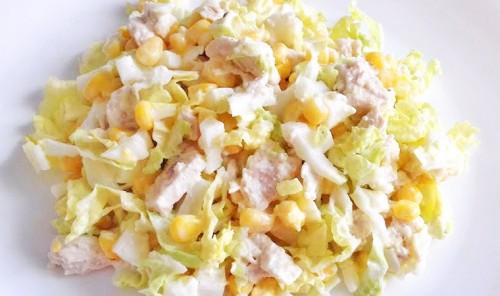 Салат с куриной грудкой, пекинской капустой, яйцами и кукурузой