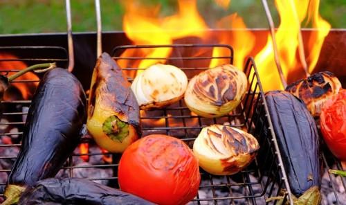 Баклажаны с перцем и помидорами на мангале