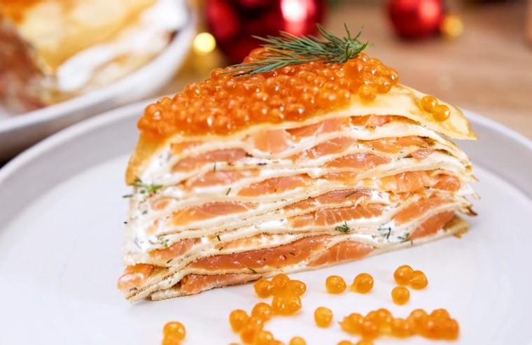 Блинный торт с лососем и зеленью
