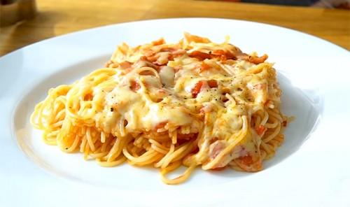 Капеллини с беконом в томатно-чесночном соусе