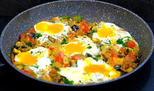 Яйца с овощами на сковороде
