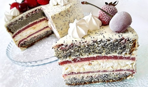 Маковый торт с безе и клубникой