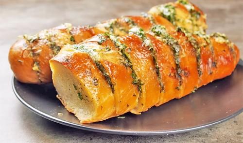 Багет с сыром, чесноком и зеленью в духовке