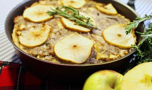 Осенний пирог со свининой, яблоками и травами