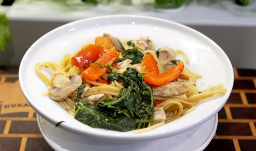 Спагетти с курицей, грибами и овощами на сковороде