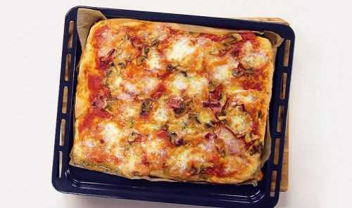 Пицца с ветчиной и грибами на пышном тесте