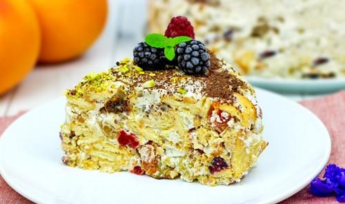 Торт с сухофруктами, печеньем и орехами