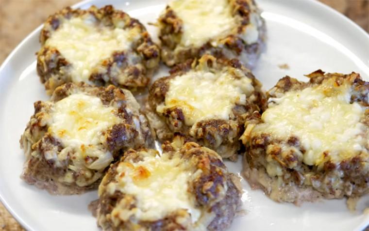 Мясные ватрушки с сыром в духовке