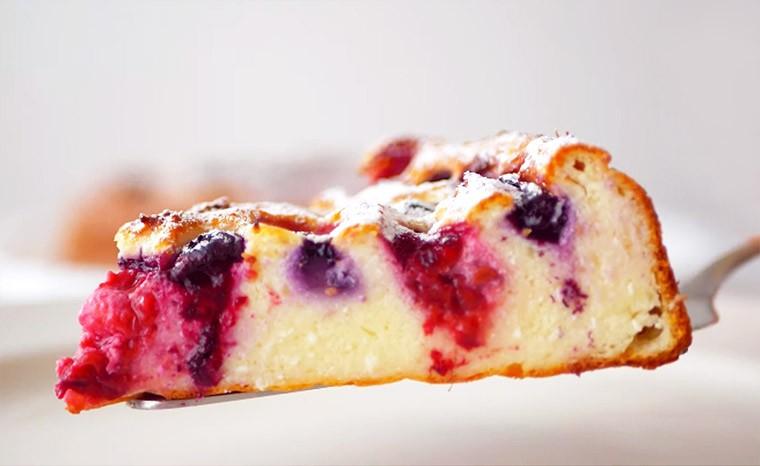Творожный заварной пирог с ягодами