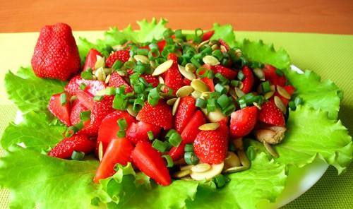 Салат из клубники и курицы