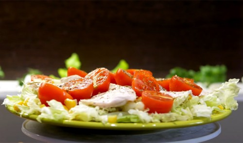 Салат с куриным филе, помидорами и пекинской капустой