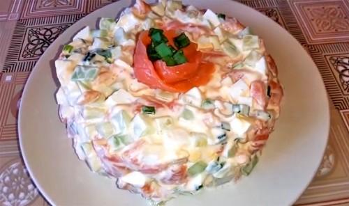 Салат с семгой, огурцом и яйцами